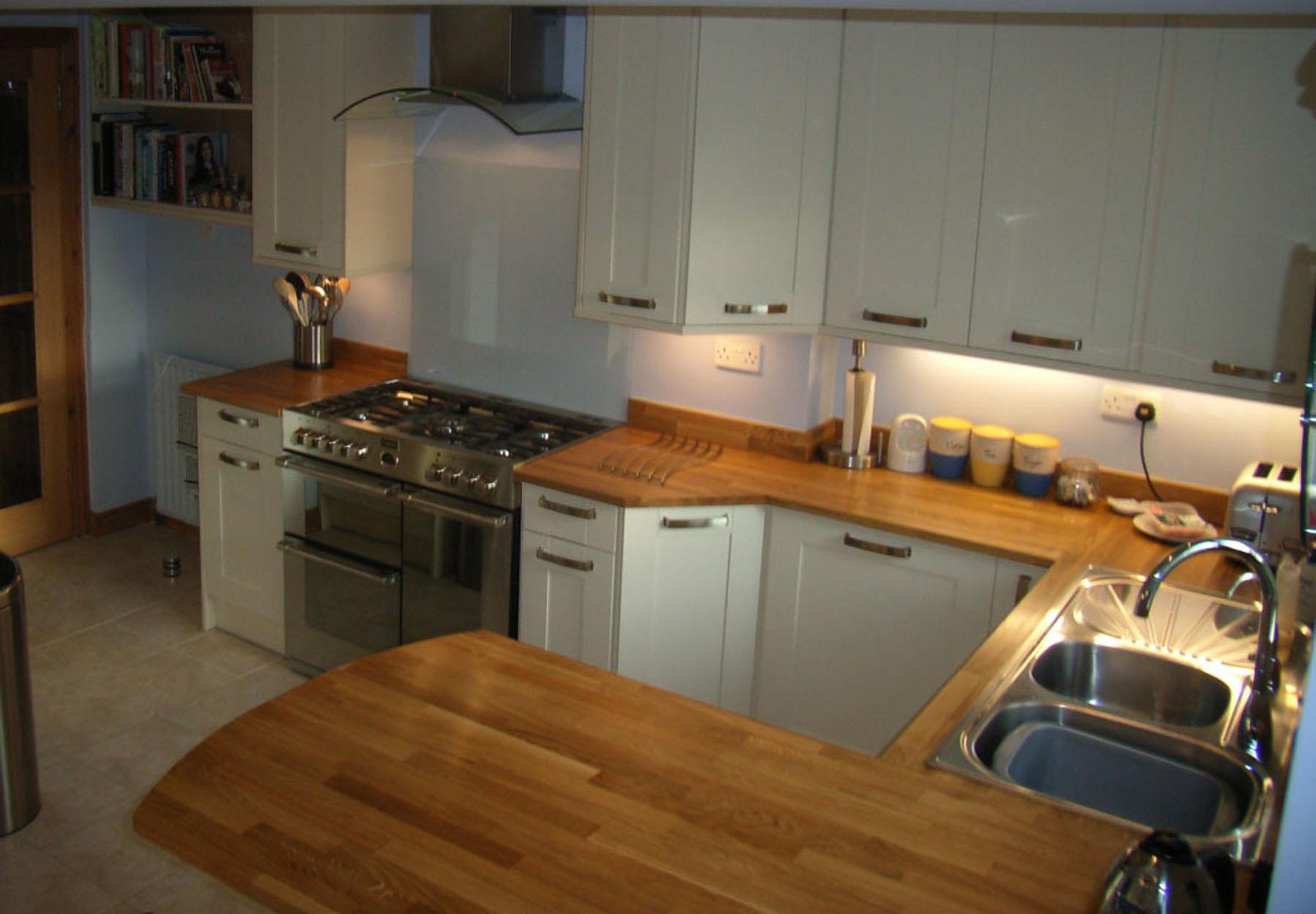 Cream shaker kitchen hallmark kitchen designs for Shaker cream kitchen ideas