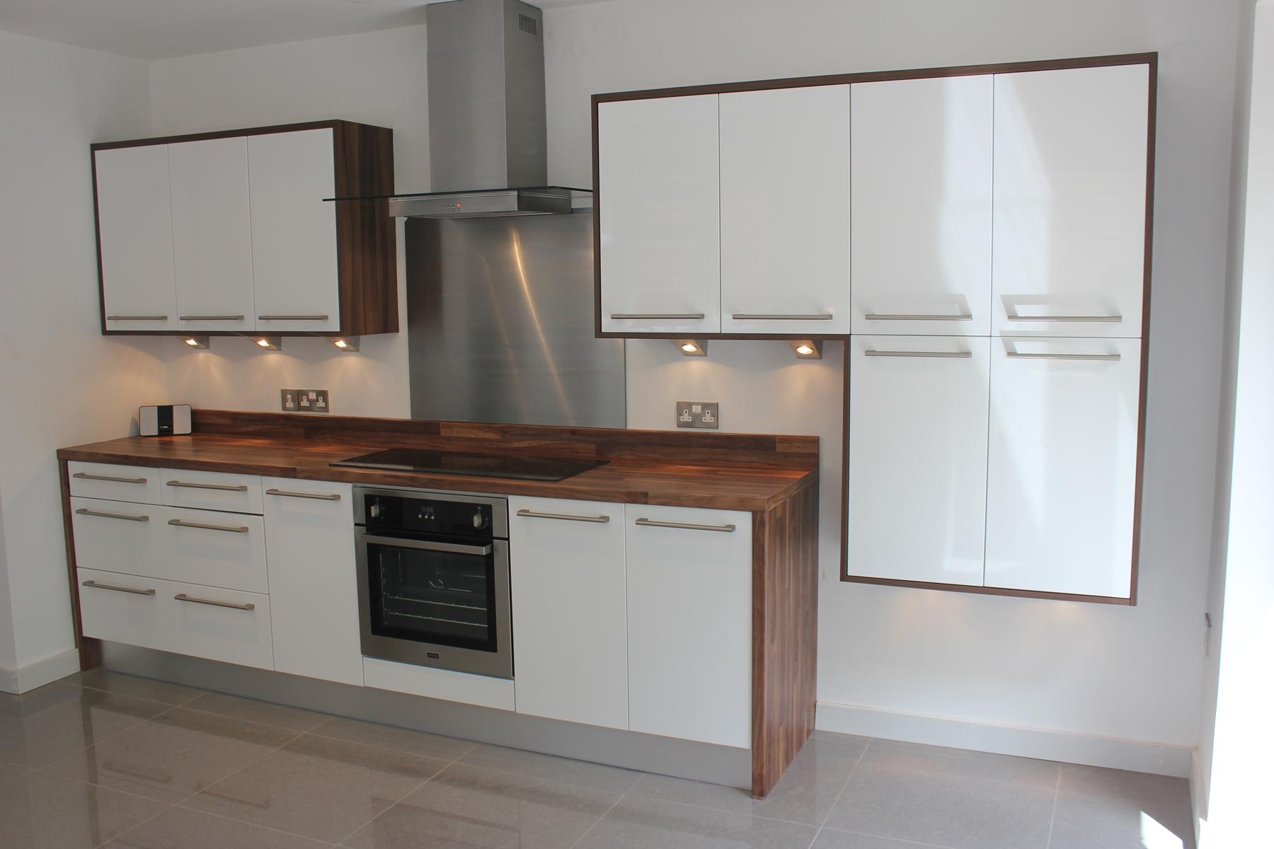 Gloss white wood effect laminate worktops hallmark for Kitchen design white and wood