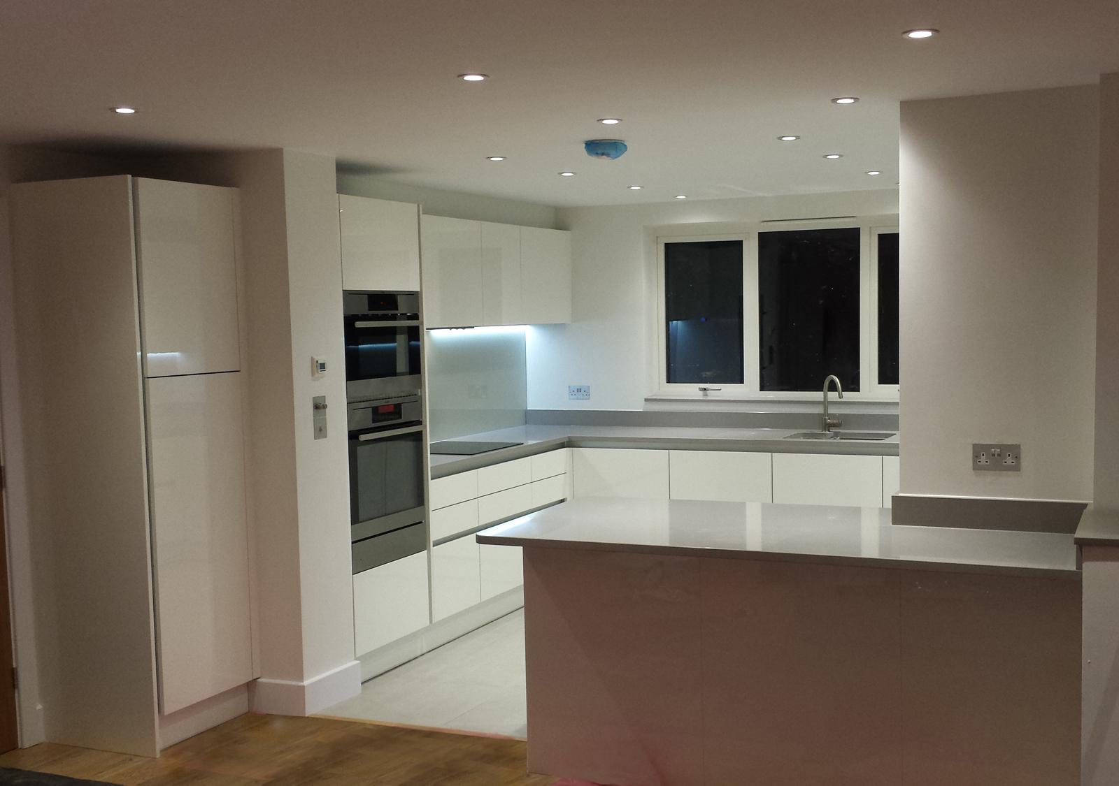 Gloss white handless for White gloss kitchen designs