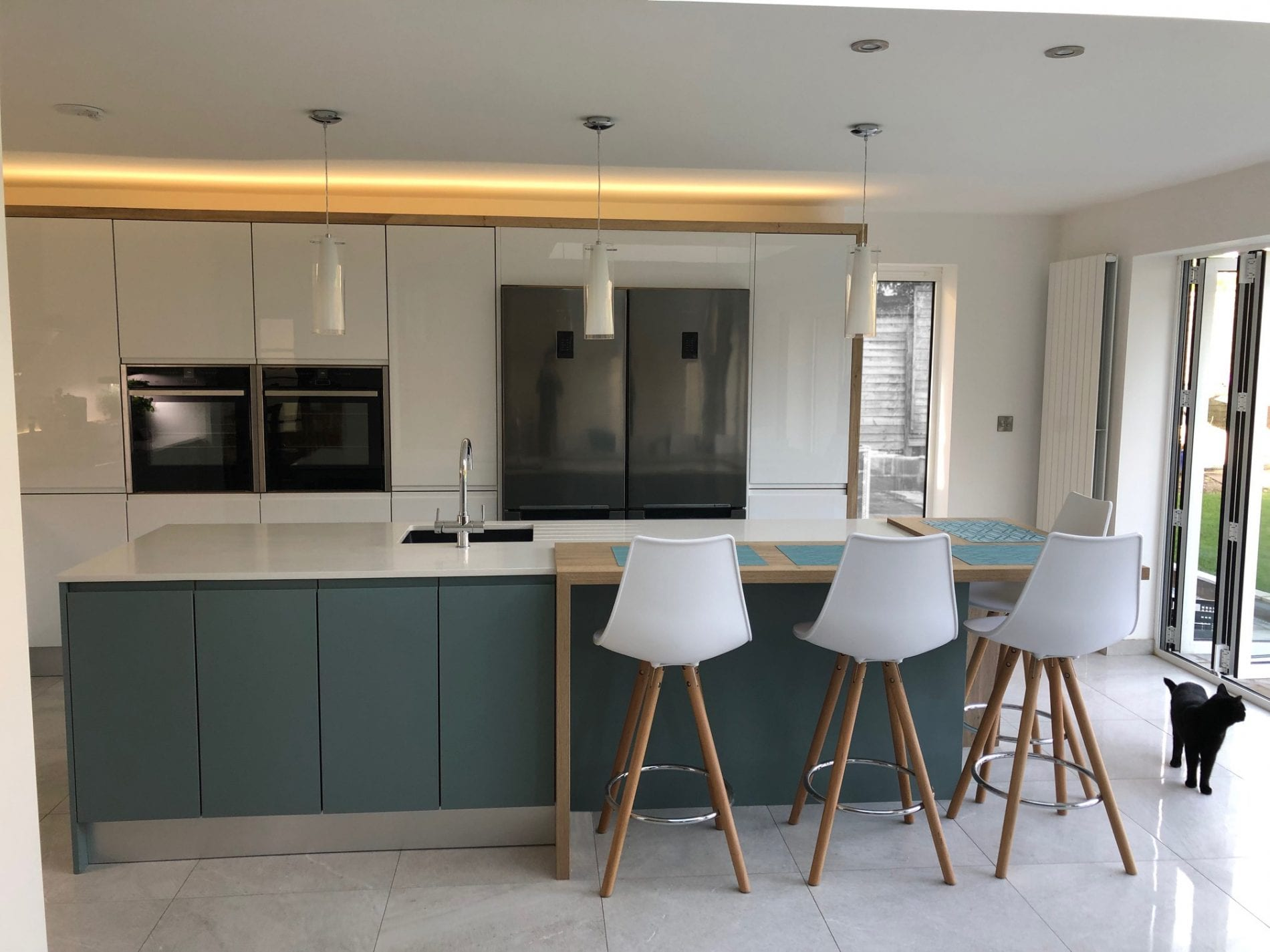 Gloss Matt Wood Kitchen Finishes: Gloss White & Matt Teal Handleless